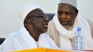 Le chef religieux malien Cherif Ousmane Madani Haidara (g) et Mahmoud Dicko (d), président du Haut Conseil islamique du Mali (HCIM), lors d'une réunion de la paix organisée par des ONG, à Bamako le 2 mai 2015.