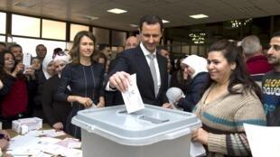 بشار اسد رای خود را در کتابخانۀ ملی دمشق به صندوق انداخت