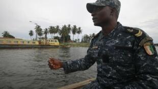 Un soldat ivoirien dans le port d'Abidjan, le 23 avril dernier, lors d'une patrouille antipiraterie.