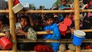 Watoto, wakimbizi wa Rohingya wanasubiri kupewa chakula katika kambi ya Thankhali, Januari 12, 2018 Bangladesh.