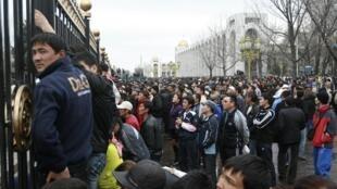 民众在吉尔吉斯国会前