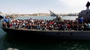 Le bateau des garde-côtes libyens chargé de migrants arrive au port de Tripoli, le 10 mai 2017.