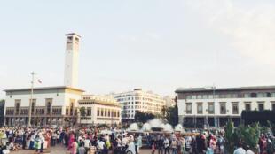 摩洛哥名城卡萨布兰卡街上的人群。