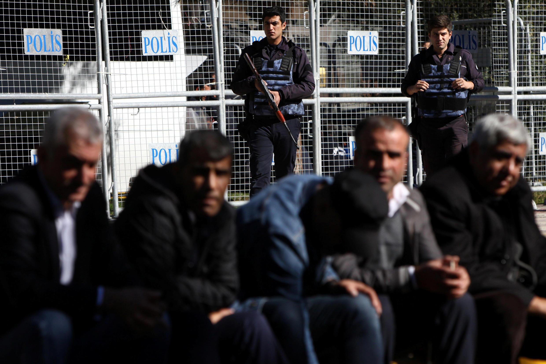 Cảnh sát chống bạo động bảo vệ một tòa án trong một cuộc biểu tình phản đối việc bắt giữ các nghị sĩ thuộc đảng PDH thân Kurdistan, thành phố Diyarbakir, ngày 04/11/2016.