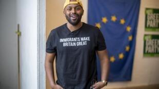 """Magid Magid, com a camisa """"Imigrantes são ótimos para o Reino Unido"""""""