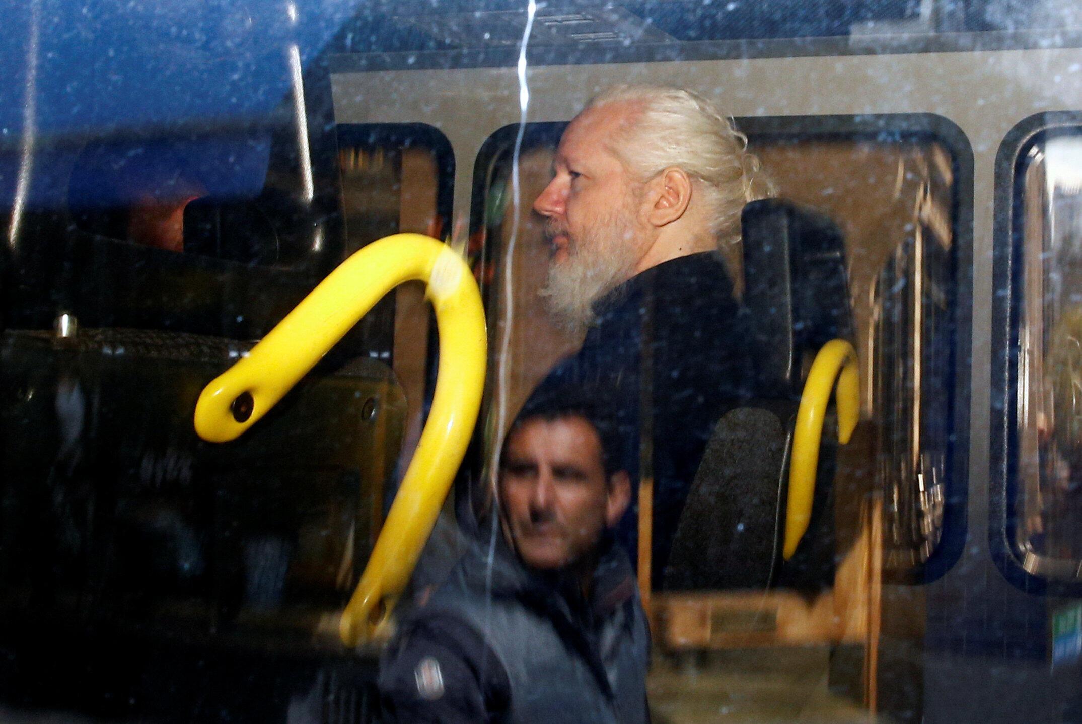 Julian Assange, jagoran shafin  Wikileaks yan lokuta bayan cafke a ofishin jakadancin Ecuado