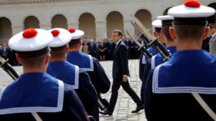 O presidente francês Emmanuel Macron homenageia Simone Veil