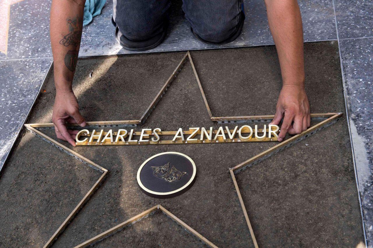 Preparação da estrela de Charles Aznavour na Calçada da Fama, em Hollywood