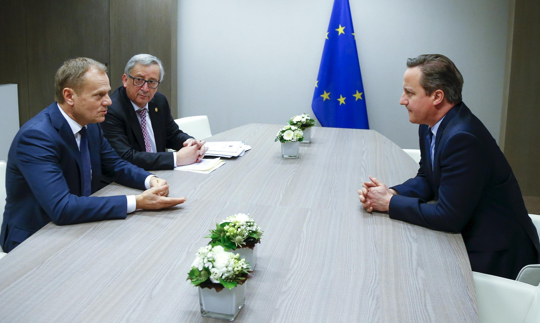 Британский премьер-министр Дэвид Кэмерон (справа), председатель ЕС Дональд Туск (слева) и председатель Европейской комиссии Жан-Клод Юнкер на саммите ЕС в Брюсселе, 19 февраля 2016.