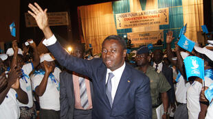 L'actuel président du Togo, Faure Gnassingbé, salue ses militants de l'Unir, le 25 février 2015 à Kara.