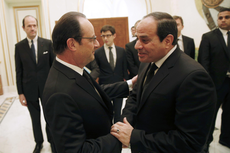 François Hollande et le président égyptien Abdel Fattah al-Sissi (d.) à Riyad, en Arabie saoudite, le 24 janvier 2015.