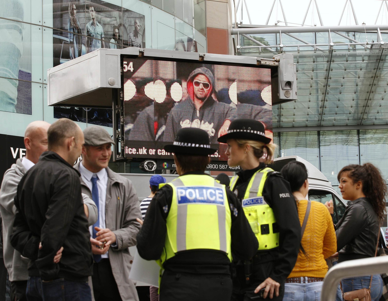 Tại các thành phố Anh, như tại Luân Đôn trong tấm ảnh này, gương mặt của những thủ phạm cướp phá được đưa lên màn hình tại nơi công cộng để khuyến khích mọi người tố giác.