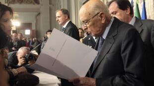 Le président italien Giorgio Napolitano a nommé deux groupes d'experts pour trouver une solution à l'impasse politique.
