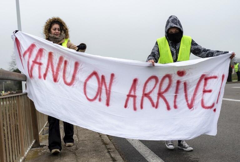 Манифестанты с плакатом «Маню, мы пришли». Город Монсо-ле-Мин (Бургундия-Франш-Конте)