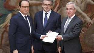 French President Francois Hollande (L) stands with French deputies Alain Clayes (C) and Jean Leonetti (R) with the report for the reform of end-of-life treatment at the Elysée Palace