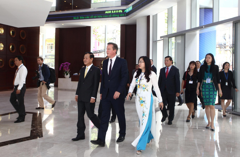 Thủ tướng Anh David Cameron (giữa) thăm thị trường chứng khoán Saigon ngày 30/07/2015.
