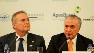 Presidente Michel Temer (direita) ao lado do presidente do Senado, Renan Calheiros, nesta sexta, em Xangai.