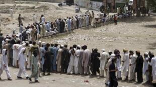 Des réfugiés du Nord-Waziristan reçoivent des vivres de la part de l'armée à Bannu, le 25 juin 2014.