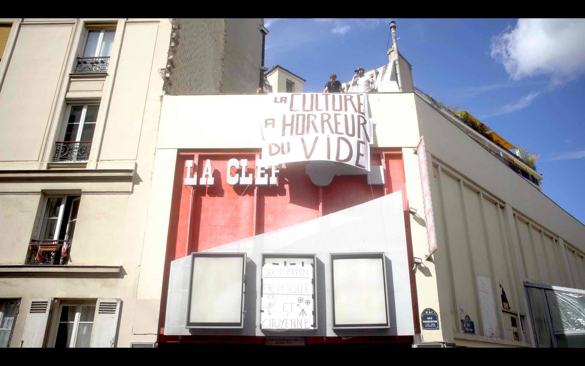 """На фасаде """"оккупированного"""" кинотеатра La Clef установлен лозунг с надписью """"Культура не терпит пустоты""""."""