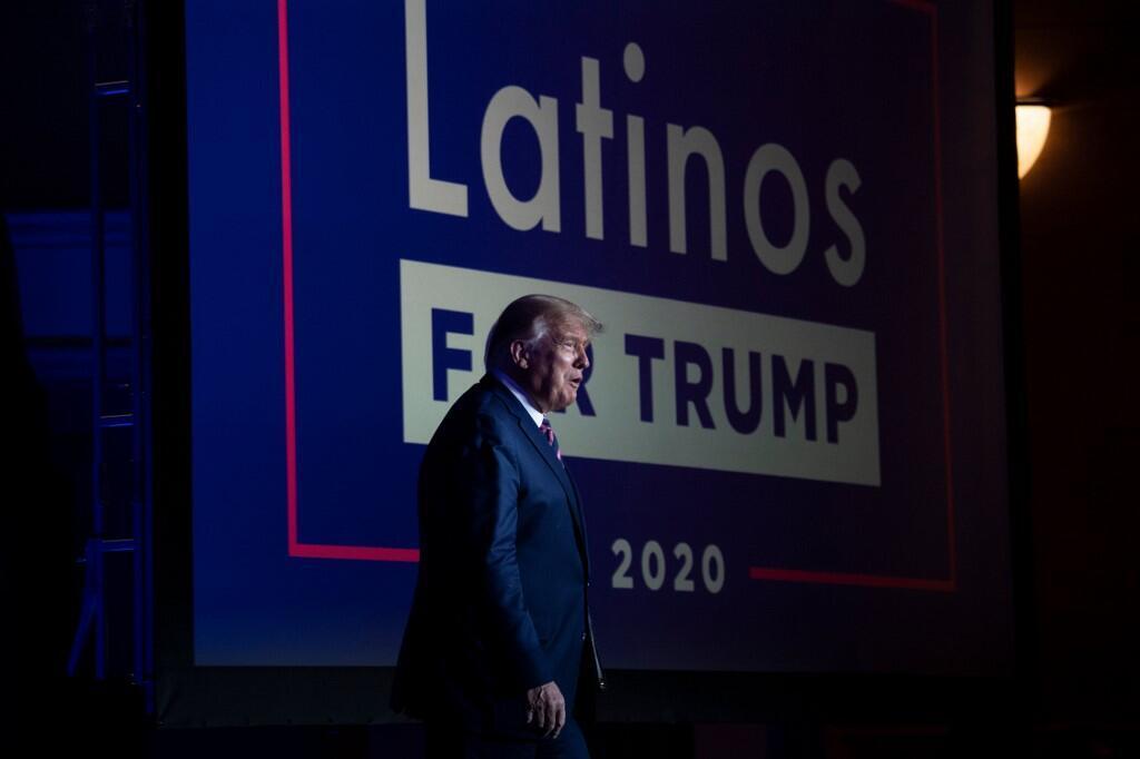 O presidente dos Estados Unidos, Donald Trump, chega para um painel de discussão com apoiadores latinos no Arizona Grand Resort and Spa em Phoenix, Arizona, em 14 de setembro de 2020.