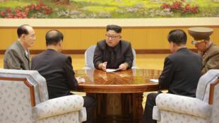 Kiongozi wa Korea Kaskazini Kim Jong-un katika mkutano wa ofisi ya kisiasa ya Chama cha tawala kwenye picha ya KCNA.