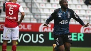 L'attaquant de Lorient, Terem Moffi (d), buteur lors du match de Ligue 1 à Reims, le 17 octobre 2020