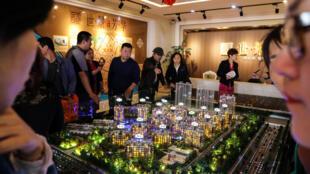 Présentation d'une maquette d'un quartier résidentiel de Dandong, le 6 mai 2018 à Dandong, en Chine.
