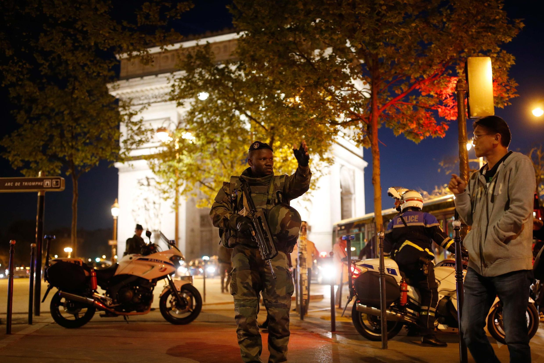 Một quân nhân Pháp canh gác lối vào đại lộ Champs Elysées, Paris, tối ngày 20/04/2017