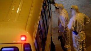 新冠疫情爆發後,醫務工作者準備疏散公共住房中的居民 2020年2月10日