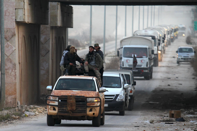 Rebeldes escoltan vehículos de ayuda humanitaria hasta Foua et Kfayara, en la provincia de Idleb, el 17 de febrero del  2016.
