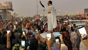 A jovem sudanesa Alaa Salah discursa face à multidão em Cartum. 08/04/19