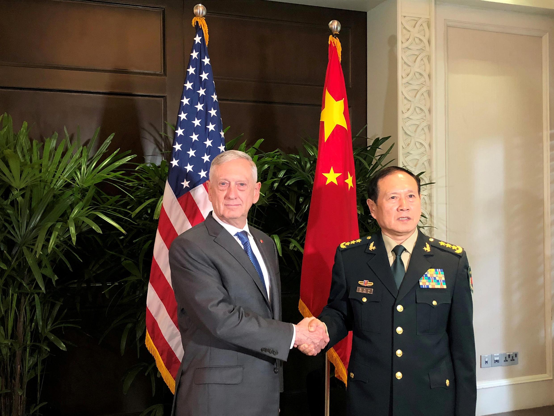 (Ảnh minh họa) - Bộ trưởng Quốc Phòng Mỹ Jim Mattis và đồng nhiệm Trung Quốc Ngụy Phượng Hoà tại Singapore, 18/10/2018.