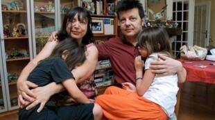 Los franceses Sylvie et Dominique Mennesson con sus mellizas nacidas en 2000 de una madre 'vientre de alquiler' en California (Estados Unidos).