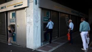Os bancos gregos reabriram esta segunda-feira mas com serviços reduzidos