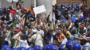 Une importante foule a défilé dans le centre d'Alger pour un 13e vendredi consécutif de manifestations dans le pays. Ici les manifestants face à la police devant la Grande Poste, à Alger, le 17 mai 2019.
