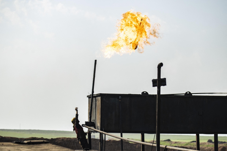 Une raffinerie artisanale de pétrole, dans la province syrienne d'Hassaké, dans le nord-ouest du pays. Mars 2020.