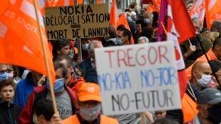 Manifestation dans les rues de Lannion, dans les Côtes-d'Armor, samedi 4 juillet, contre les suppressions d'emplois chez Nokia.