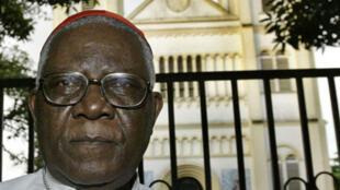Kardinali Christian Tumi mbele ya Kanisa Kuu la Douala mnamo 2004.