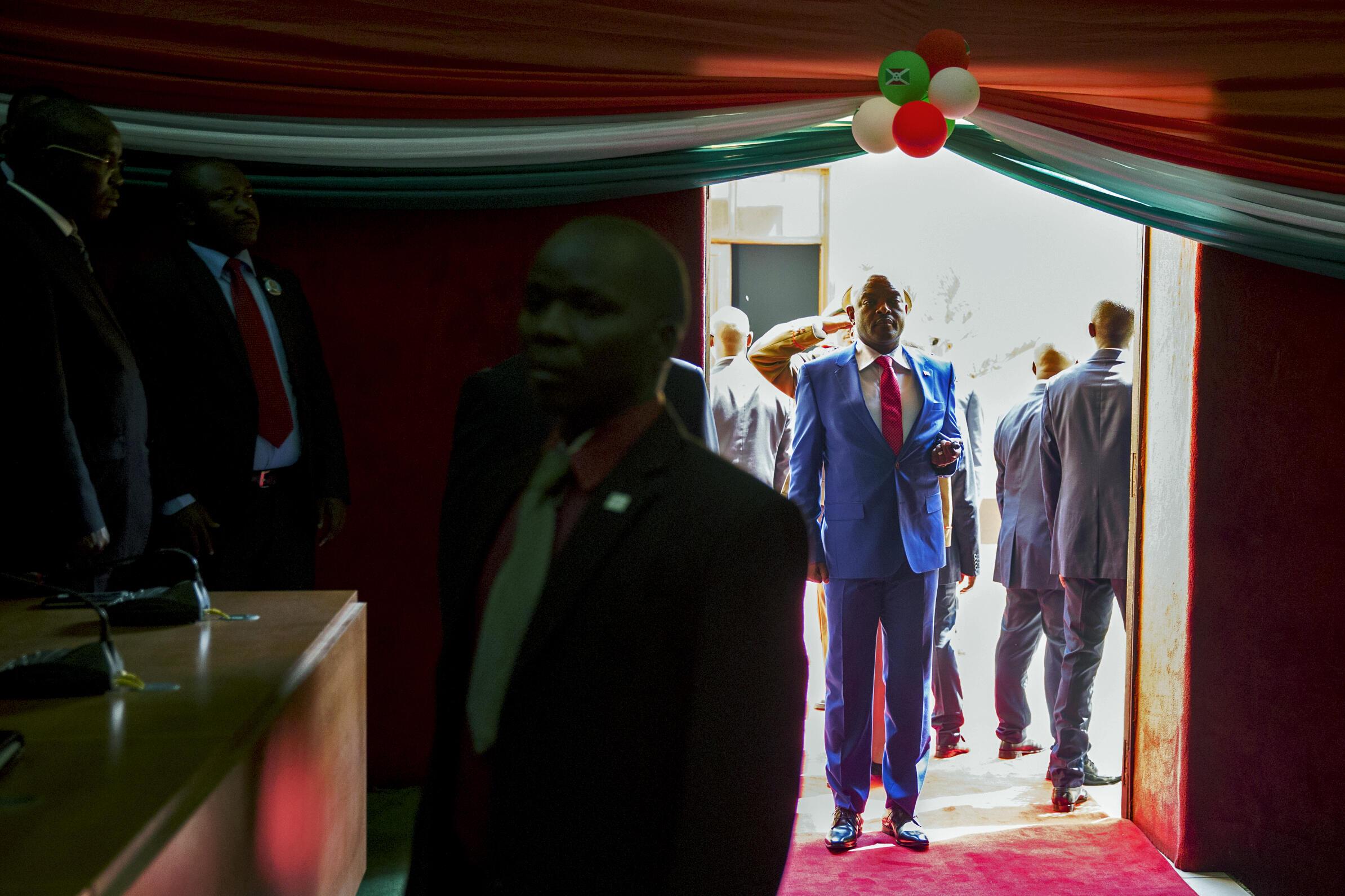 Le président burundais Pierre Nkurunziza s'apprête à entrer dans le palais des Congrès de Bujumbura, pour la cérémonie de son investiture, le 20 août 2015.