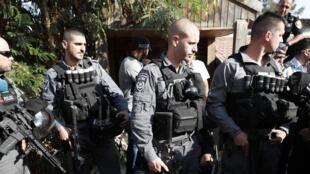 Des policiers israéliens devant le domicile de la famille Shamasneh, le 5 septembre à Jérusalem-Est