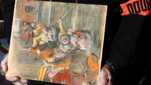 Photo des douanes françaises montrant le tableau de 1877 «Les Choristes» d'Edgar Degas, retrouvé le 16 février 2018 après son vol en 2009.