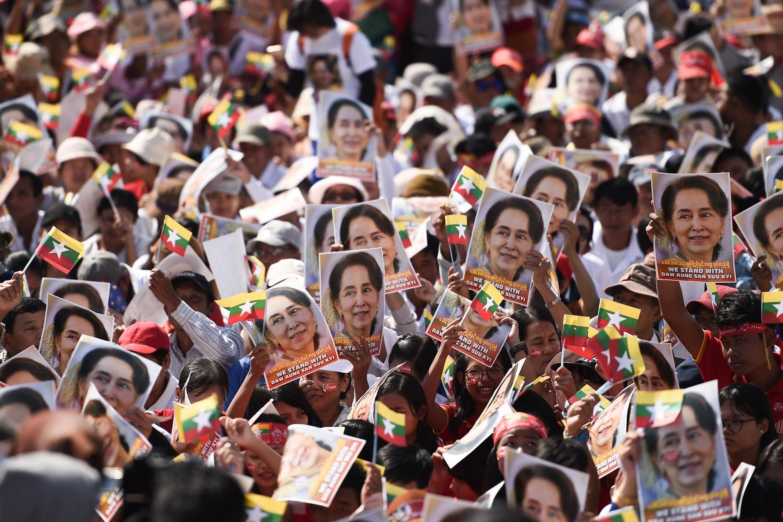 Un rassemblement de soutien à Aung San Suu Kyi le 10 décembre 2019, à Rangoun, alors que la dirigeante s'apprête à défendre la Birmanie devant la CIJ contre les accusations de «génocide» des Rohingyas.