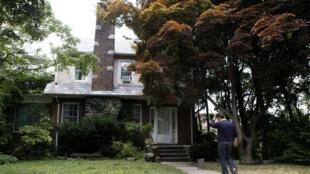 Йонкерс, штат Нью-Йорк, сын Вики Пелаэз возле дома в котором его мать была арестована по делу о шпионаже