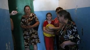 Une famille apeurée s'est réfugiée dans un abri alors que des affrontements aux abords de l'aéroport de Donetsk éclatent, le 26 mai 2014.