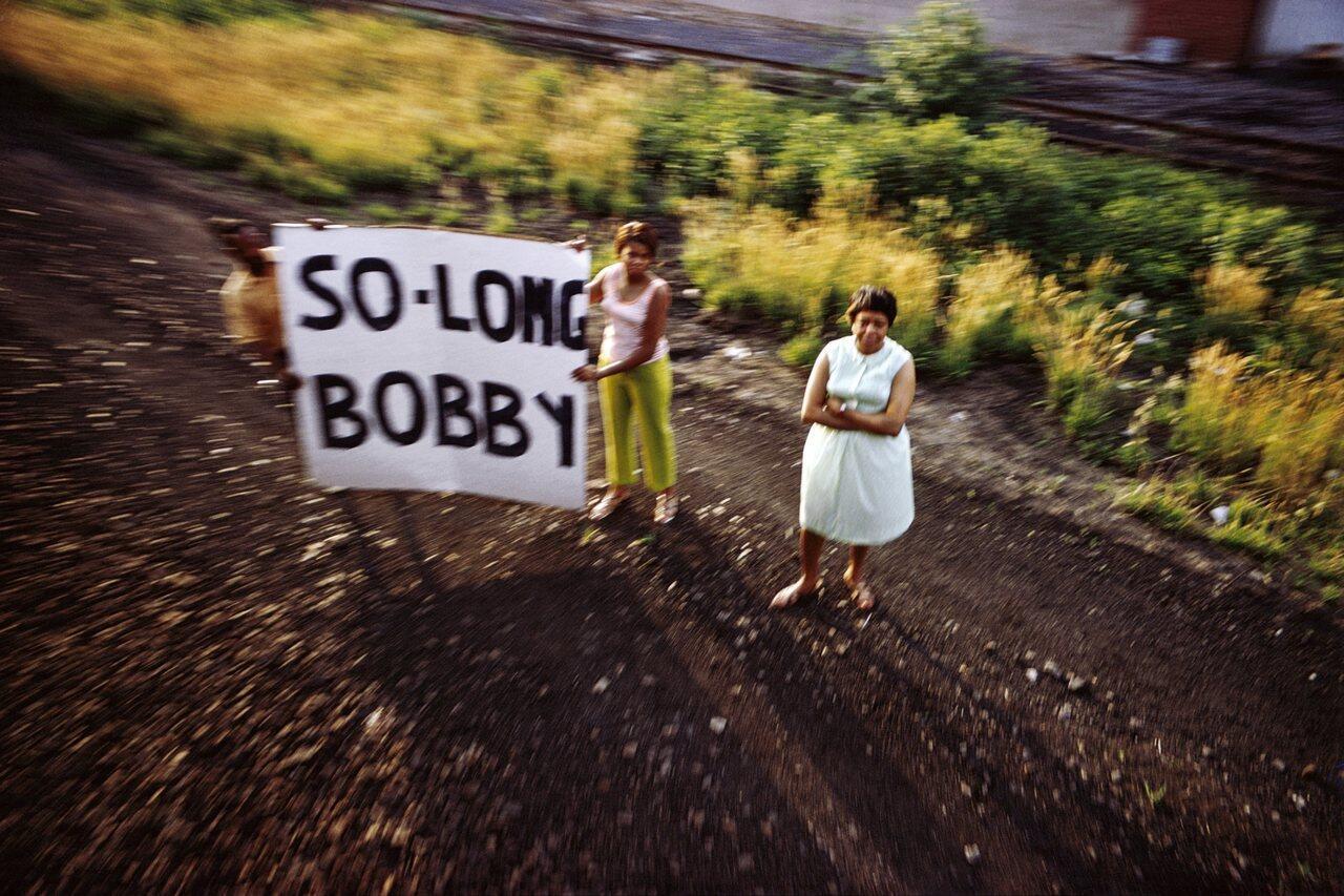 Da série RFK Funeral Train, 1968. Cortesia da Danziger Gallery.