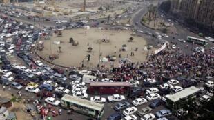 """Simpatizantes do islamita Mohamed Morsi celebram """"vitória"""" do candidato, na praça Tahrir, nesta segunda-feira, 18 de junho, no Cairo."""