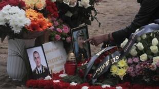Flores homenageiam capitão Vladimir Sukhinichev, um dos 14 mortos no incêndio do submarino nuclear no Mar de Barents.
