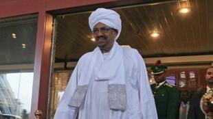 Omar el-Béchir sort de son hôtel à Abuja, le 14 juillet 2013.