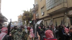 叙利亚政府军反叛士兵与民众一同示威反对总统阿萨德。2012年1月31日。