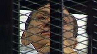 Hosni Moubarak sur sa civière à l'ouverture de son procès, le 3 août 2011.